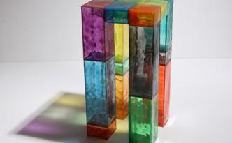Tavolo alto di scatole colorate trasparenti
